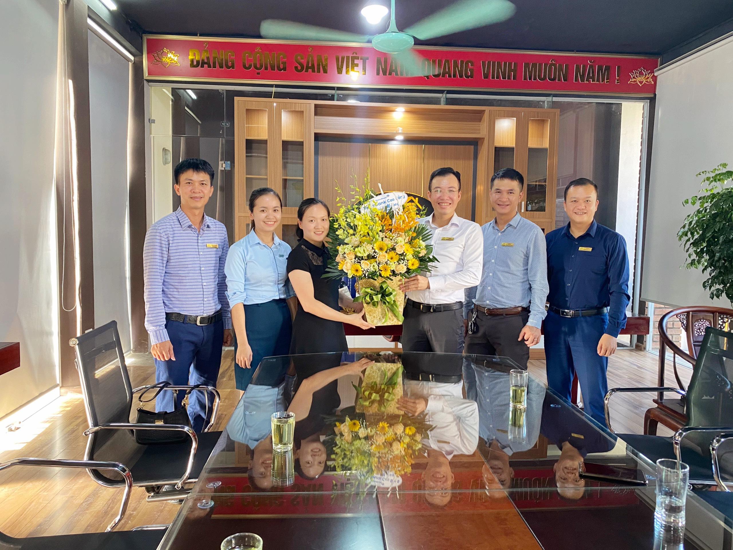 Đơn vị đối tác ngân hàng Viettinbank Cao Bằng và ngân hàng BIDV Cao Bằng tặng hoa nhân dịp sinh nhật Giám đốc Nguyễn Văn Thành.