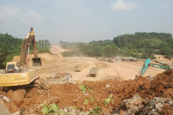 Dự án đường phía Nam khu đô thị mới còn gặp nhiều khó khăn